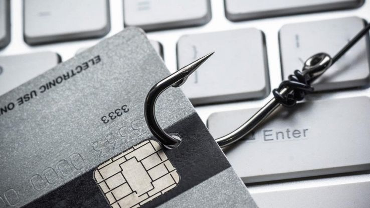un amo aggancia una carta di credito