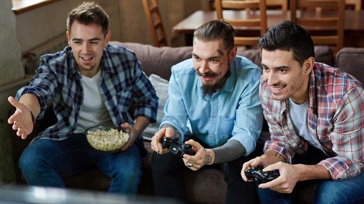 un gruppo di amici gioca ai videogame da console