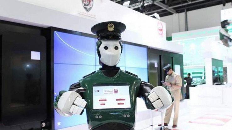 Entra in servizio il primo poliziotto robot a Dubai