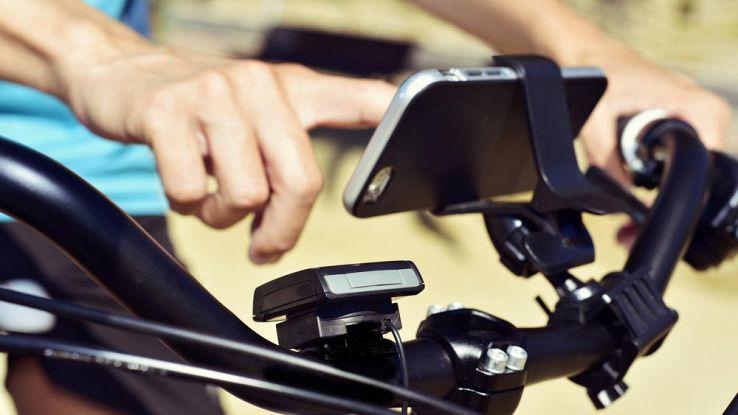 smartphone montato sul manubrio di una bici