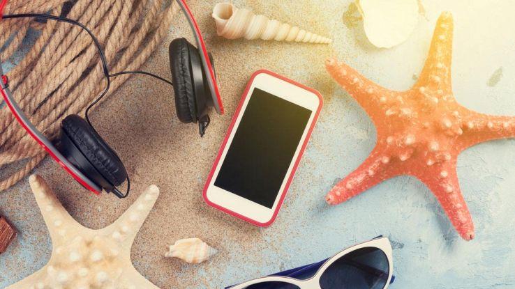 Smartphone in spiaggia: come proteggerlo da sabbia, acqua e sole