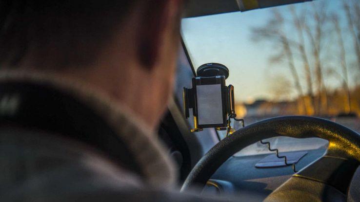 Un utente ua uno smartphone come videocamera per auto