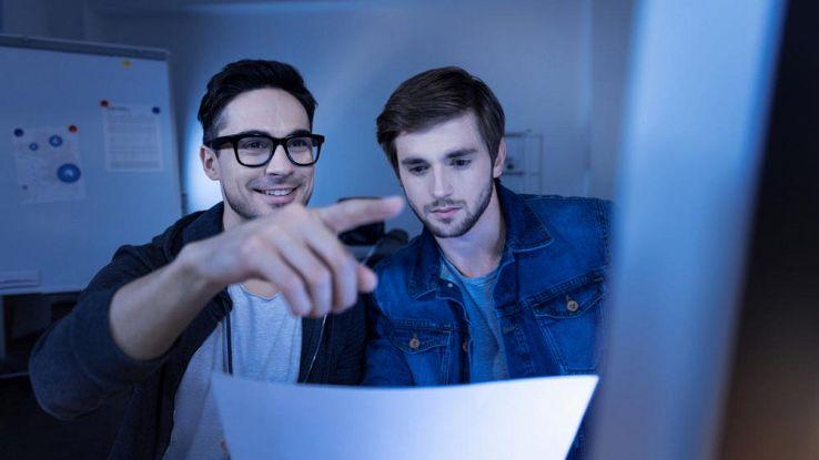 Due ragazzi davanti a un PC