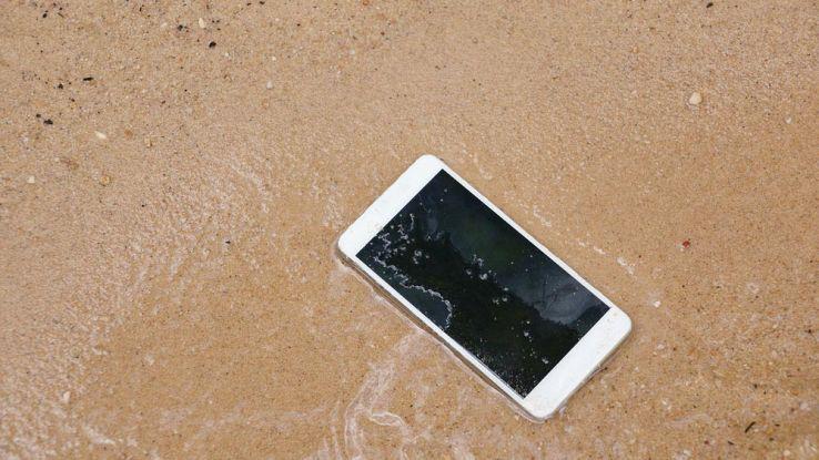 Cosa fare se il tuo smartphone cade in mare