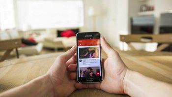 Un utente guarda YouTube dal proprio telefono cellulare