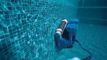 Dolphin, il robot che pulisce la piscina, pareti comprese