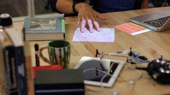 La realtà aumentata sulla scrivania grazie a un proiettore da soffitto