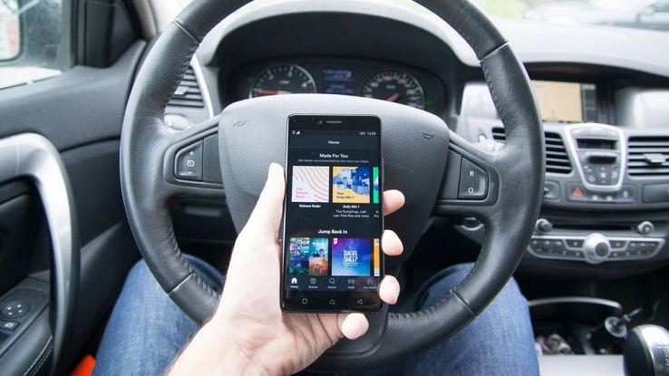 Spotify, modalità al volante e comandi vocali per una guida sicura