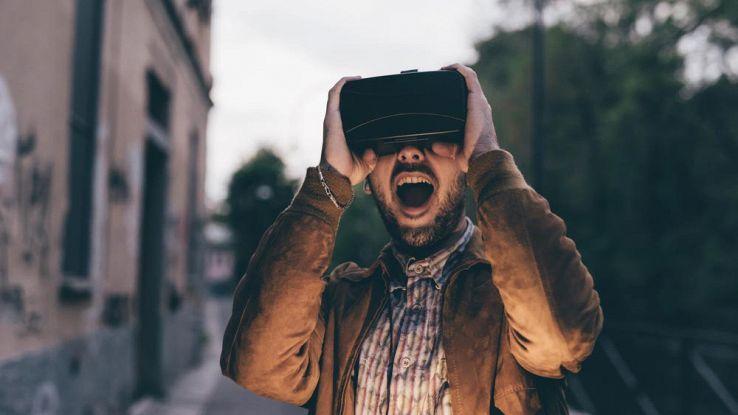 Un ragazzo usa un visore VR