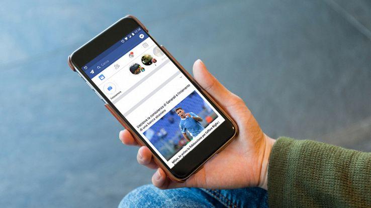 Un utente usa Facebook dal suo smartphone