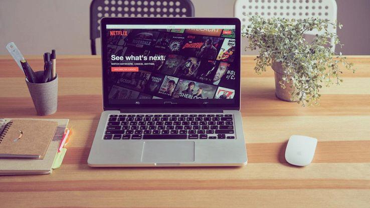 Un computer su una scrivania connesso sul sito Netflix