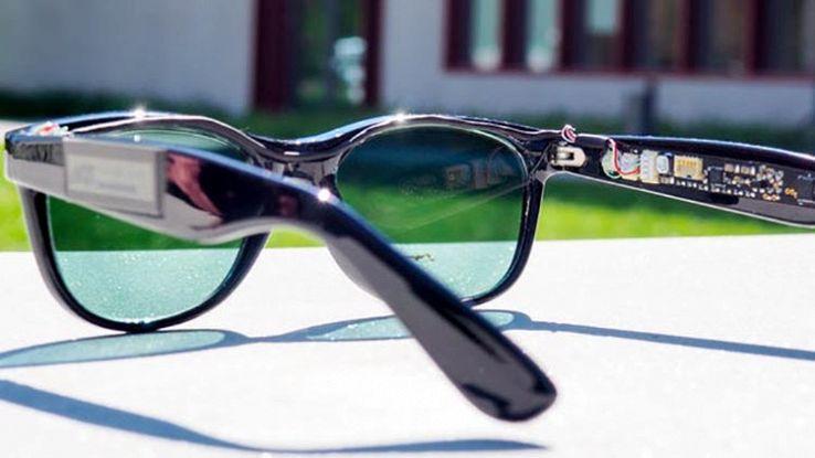 Gli occhiali da sole con pannelli solari al posto delle lenti