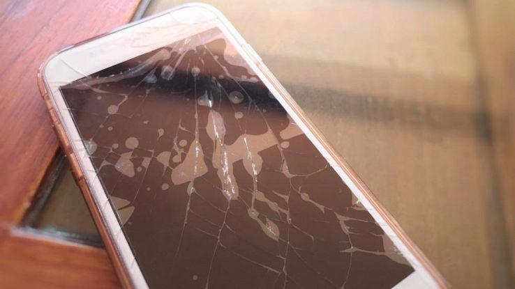 Smartphone con schermo rotto? Occhio a chi lo cambia, potrebbe spiarti