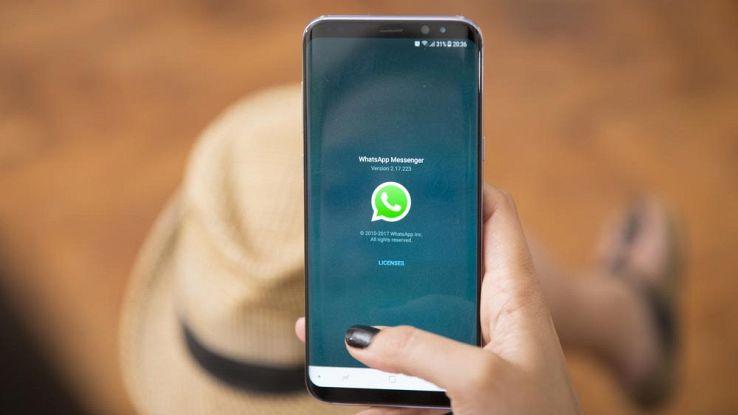 WhatsApp, allarme della Polizia: torna la truffa degli stati colorati