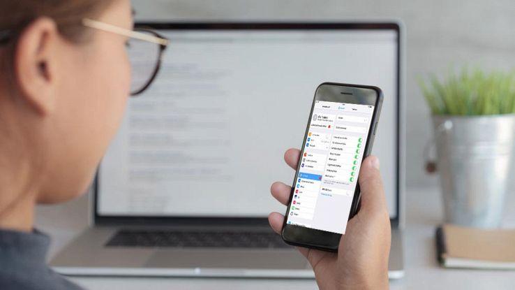 Come aggiungere o eliminare il microfono nella tastiera iPhone