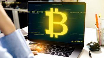 lo stemma Bitcoin sullo schermo di un PC