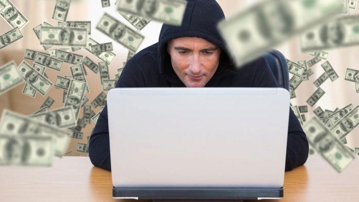 Hacker circondato da denaro