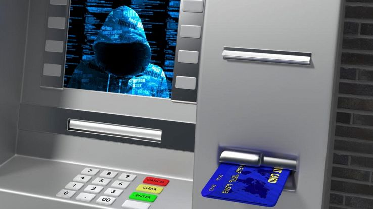 l'immagine di un uomo incappuciato appare nello schermo di un bancomat