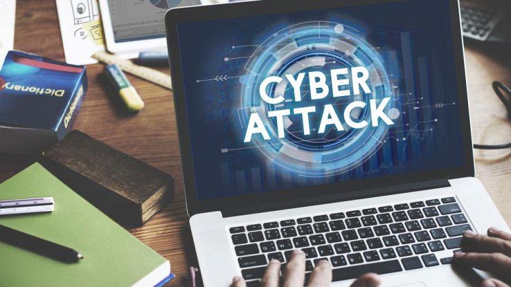 Un utente usa un computer e legge la scritta cyber attack