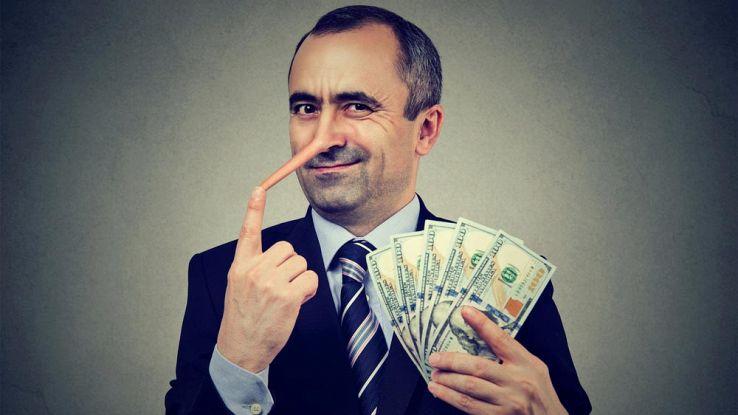 Una persona con il naso di Pinocchio tiene in mano i soldi