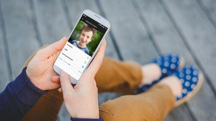 Un ragazzo usa il proprio smartphone