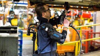 EksoVest, l'esoscheletro che aiuta gli operai nei compiti ripetitivi