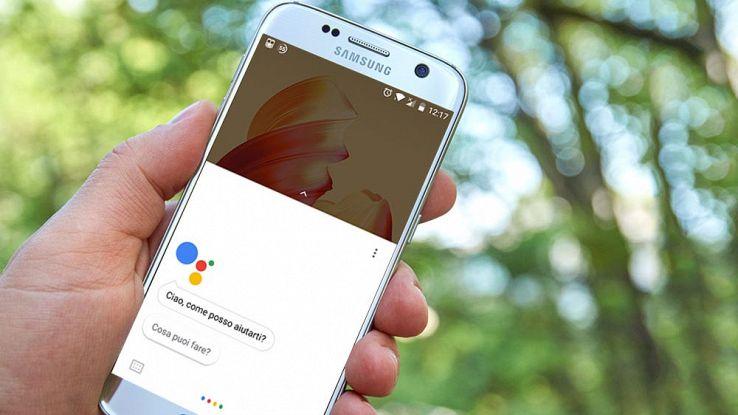 Un utente fa una ricerca vocale con Google Assistant