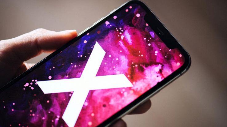 Un utente tiene in mano un iPhone X