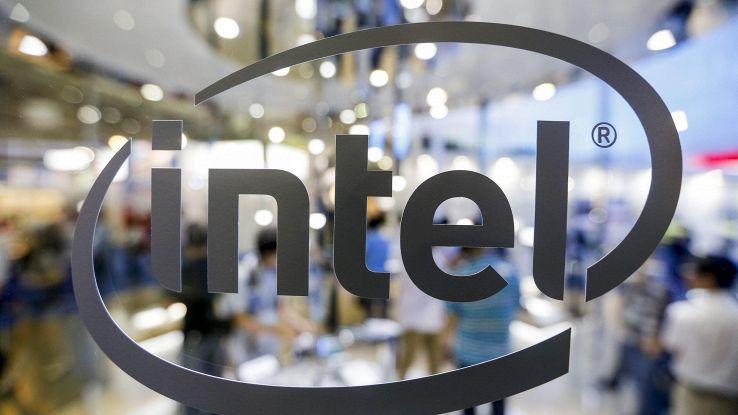 Intel, primo processore ibrido con Amd