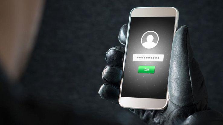 Hacker con smartphone tra le mani