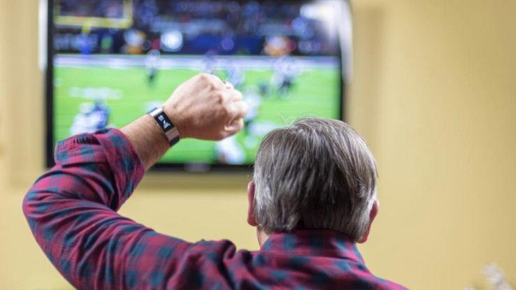 Un signore esulta davanti alla tv