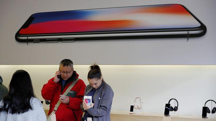Samsung, giù produzione schermi iPhone X