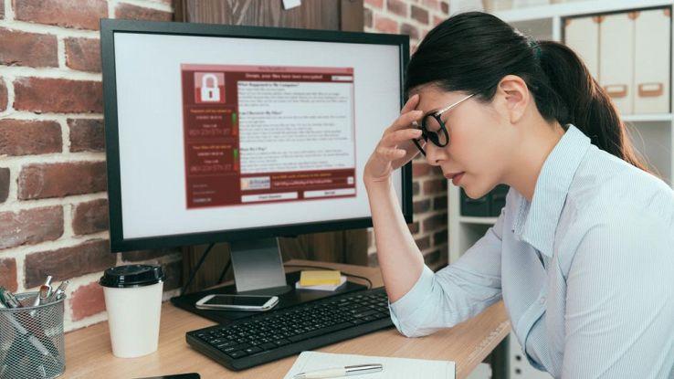 Una donna si dispera davanti al proprio computer