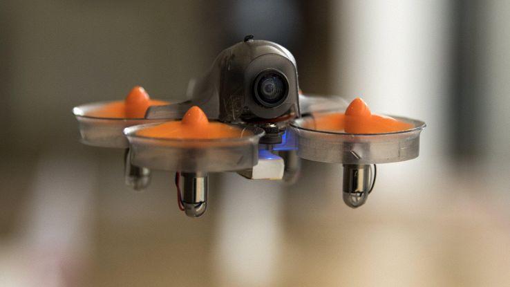 Superdrone volando misura battiti cuore