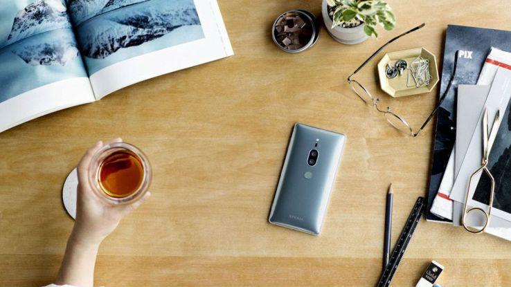 il nuovo smartphone Sony Xperia X2 Premium su una scrivania da lavoro