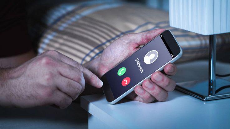 Una chiamata anonima in arrivo sullo schermo di uno smartphone