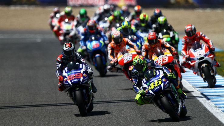 Valentino Rossi guida il gruppo di moto della MotoGP nel GP di Jerez del 2017