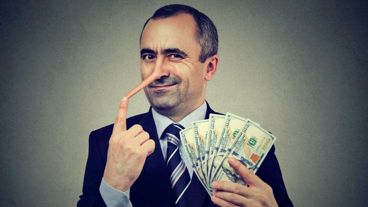 Un uomo con il naso lungo tiene in mano dei contanti