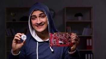 hacker che mina bitcoin