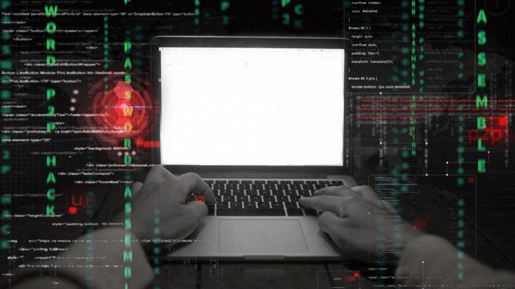 Hacker al lavoro su PC