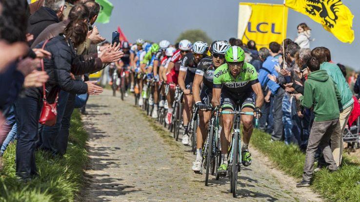 ciclisti alla Parigi-Roubaix