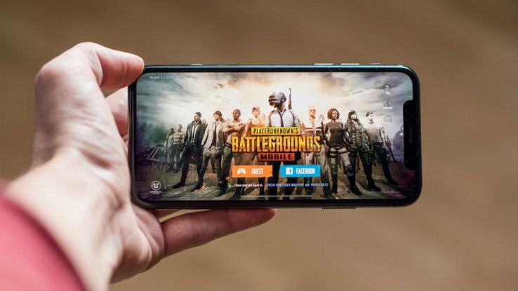Un utente gioca a Battlegrounds sul proprio smartphone