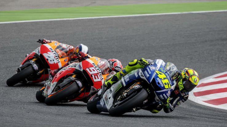Valentino Rossi in testa a un trenino di moto nel corso di una gara di MotoGP