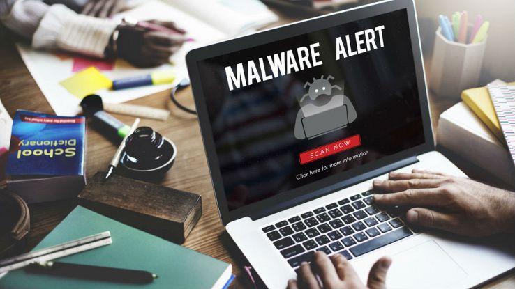 Un utente visualizza sullo schermo del proprio PC la scritta malware alert