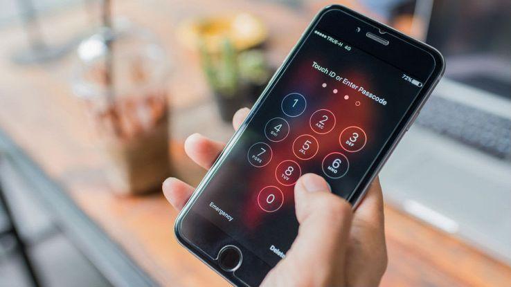Un utente sblocca il proprio iPhone inserendo il codice numerico