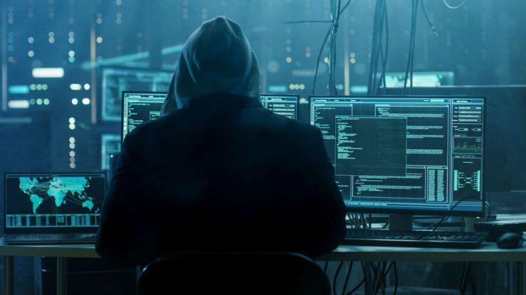 Un uomo incappucciato manomette diversi computer