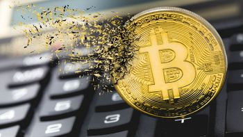 Lo stemma del Bitcoin va smaterializzandosi su una tastiera da PC
