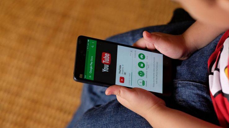 smartphone con app youtube nelle mani di un bambino