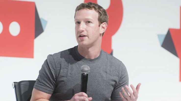 Primo piano di Mark Zuckerberg con un microfono in mano