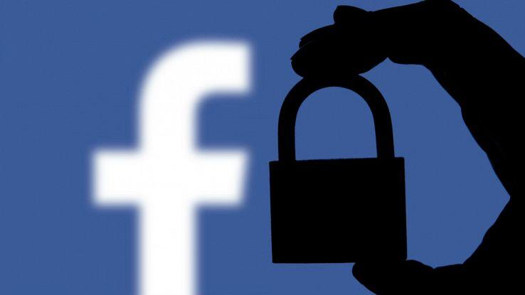 Il logo di Facebook e l'ombra di un lucchetto